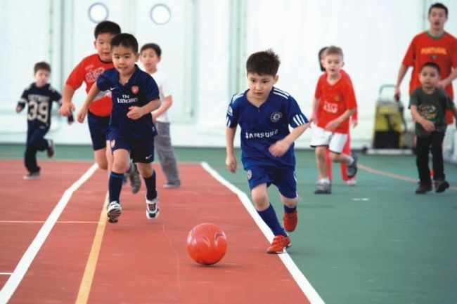 діти грають в футбол, заняття спортом для дитини