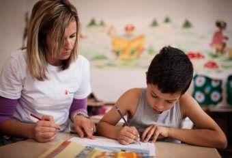 Мама вчить писати сина