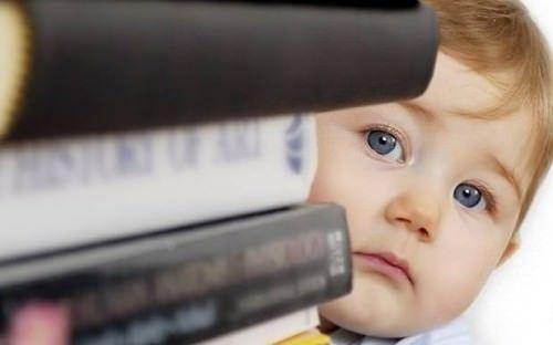 Стопка книг і дитина