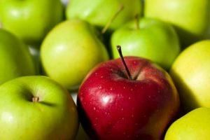 Чи можна мамі, що годує яблука і як це відбивається на малюкові