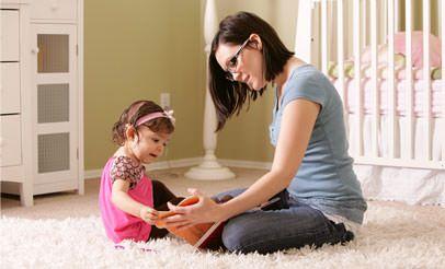 Мама з донькою на підлозі