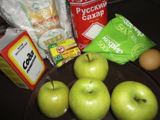 Шарлотка з яблуками на кефірі - простий рецепт