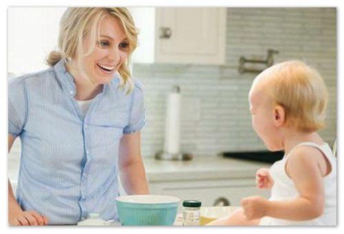 Мама і дитина на кухні